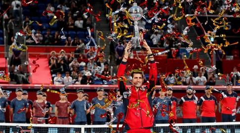 נובאק ג'וקוביץ' מניף את גביע טוקיו (רויטרס)