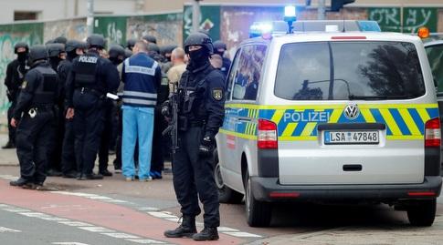 שוטר באזור הירי שבו נרצחו שני אזרחים בגרמניה (רויטרס)