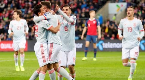 שחקני נבחרת ספרד חוגגים עם סאול ניגס (רויטרס)
