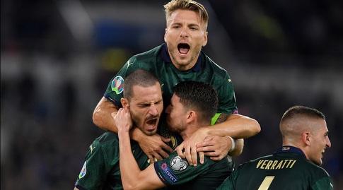 שחקני איטליה חוגגים עם ז'ורז'יניו (רויטרס)