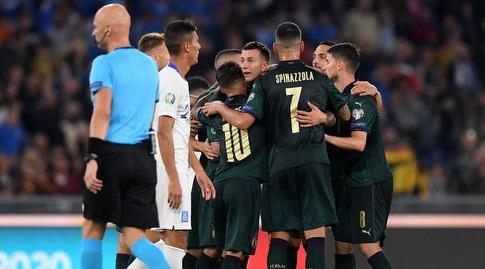 שחקני נבחרת איטליה חוגגים עם פדריקו ברנרדסקי (רויטרס)