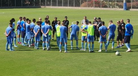 וילי רוטנשטיינר עם שחקני נבחרת ישראל הצעירה (מערכת ONE)