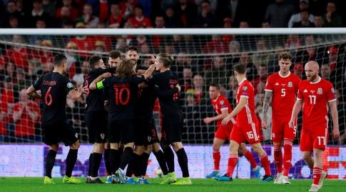 שחקני נבחרת קרואטיה חוגגים עם ניקולה ולאסיץ' (רויטרס)