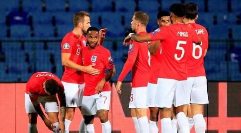 שחקני נבחרת אנגליה חוגגים עם רוס בארקלי (רויטרס)