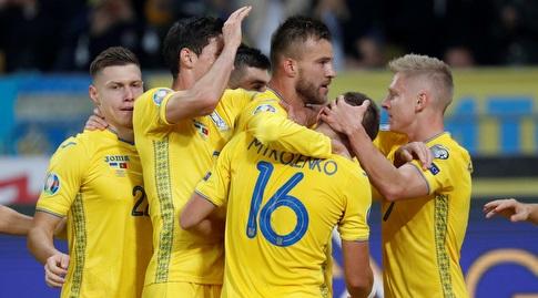 שחקני אוקראינה חוגגים עם ירמולנקו (רויטרס)