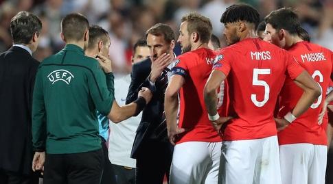 שחקני אנגליה והמאמן סאות'גייט עם השופט (רויטרס)