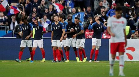 שחקני נבחרת צרפת חוגגים עם אוליבייה ז'ירו (רויטרס)