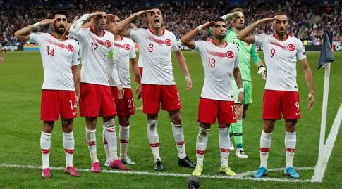 שחקני נבחרת טורקיה חוגגים (רויטרס)