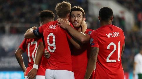 שחקני נבחרת אנגליה חוגגים עם הארי קיין (רויטרס)