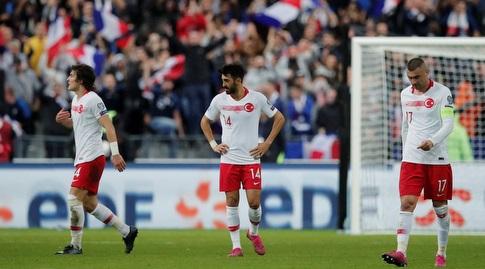 שחקני נבחרת טורקיה מאוכזבים (רויטרס)