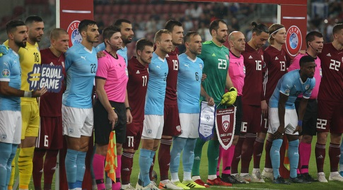 שחקני ישראל ולטביה לפני המשחק (שחר גרוס)