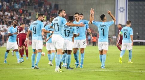 ערן זהבי חוגג עם שחקני הנבחרת (איציק בלניצקי)