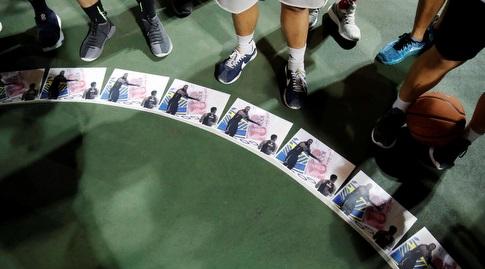 מפגינים בהונג קונג נגד לברון ג'יימס (רויטרס)