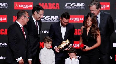 ליאו מסי מקבל את נעל הזהב עם משפחתו (רויטרס)