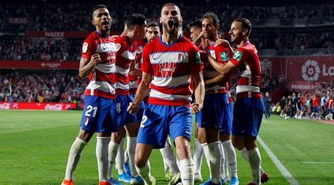 שחקני גרנאדה חוגגים עם דומינגוש דוארטה (La Liga)