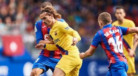אנטואן גריזמן נלחם על הכדור (La Liga)