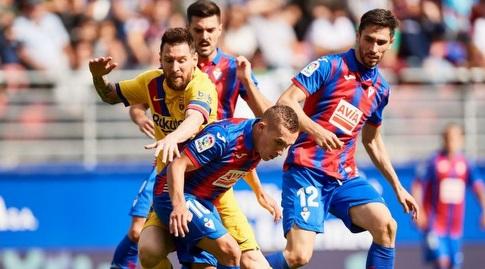 ליאו מסי מנסה להגיע לכדור (La Liga)