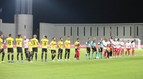 שחקני הפועל חדרה ומכבי נתניה לפני המשחק (דן יידוב)