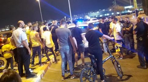 אוהדי מכבי נתניה מתעמתים עם השחקנים מחוץ לאיצטדיון (הדר אקריש)