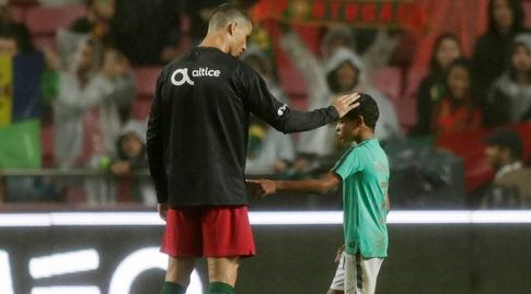 כריסטיאנו רונאלדו ובנו הגדול. לא עושה לו הנחות (רויטרס)