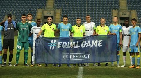 שחקני מכבי פתח תקווה ושחקני אסטנה לפני המשחק (שחר גרוס)