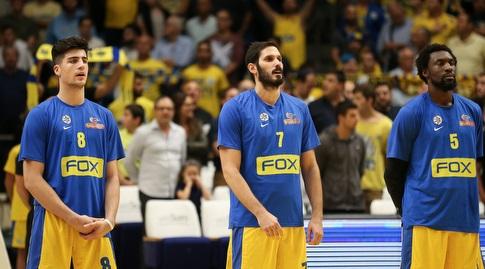 שחקני מכבי תל אביב לפני הפתיחה (רדאד ג'בארה)