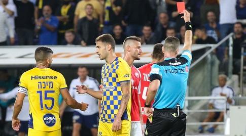 זיו אדלר שולף את הכרטיס האדום למיגל ויטור (איציק בלניצקי)