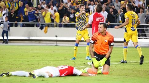 שחקני מכבי תל אביב חוגגים מול שחקני באר שבע המאוכזבים (איציק בלניצקי)