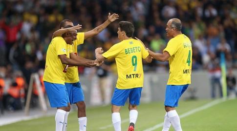 שחקני ברזיל חוגגים עם בבטו (רדאד ג'בארה)
