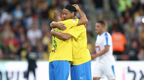 רונאלדיניו ורוברטו קרלוס מתחבקים (רדאד ג'בארה)