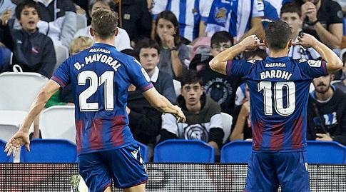 אניס בארדלי חוגג מול קהל ריאל סוסיאדד עם בורחה מיוראל (La Liga)