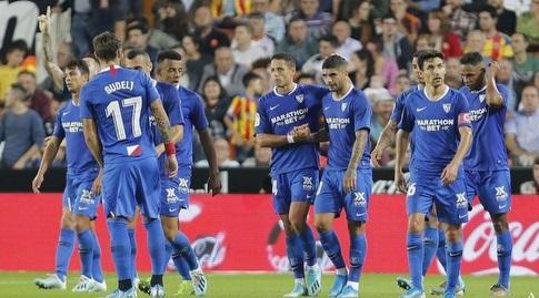 שחקני סביליה חוגגים עם לוקאס אוקאמפוס (La Liga)