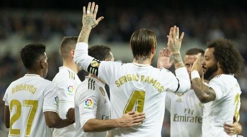 שחקני ריאל מדריד חוגגים עם סרחיו ראמוס (La Liga)
