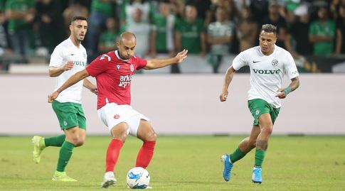 עומר דמארי עם הכדור, צ'ירון שרי ונטע לביא מולו (רדאד ג'בארה)