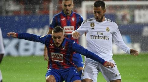 אדר הזאר מנסה לקחת את הכדור (La Liga)