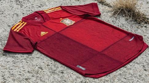 החולצה של נבחרת ספרד (צילום מסך)