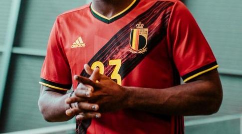 החולצה של נבחרת בלגיה (צילום מסך)