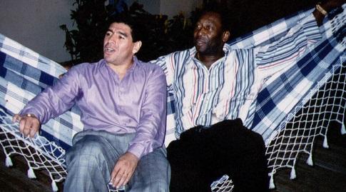 פלה בימיו כשר הספורט יחד עם מראדונה (רויטרס)
