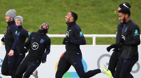ג'ו גומז וראחים סטרלינג במהלך אימון נבחרת אנגליה (רויטרס)