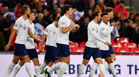 שחקני נבחרת אנגליה חוגגים עם אלכס אוקסלייד צ'מברליין (רויטרס)