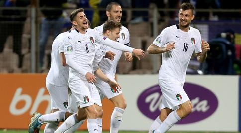 שחקני איטליה חוגגים עם פרנצ'סקו אצ'רבי (רויטרס)