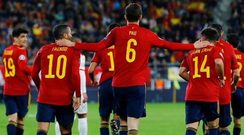 פאו טורס חגג עם שחקני ספרד (רויטרס)