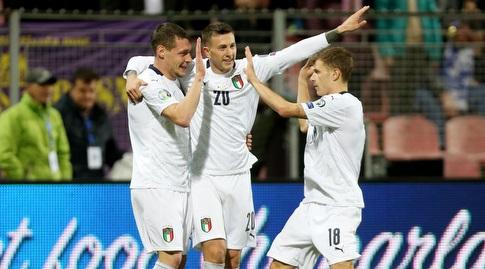 שחקני איטליה מברכים את אנדראה באלוטי (רויטרס)