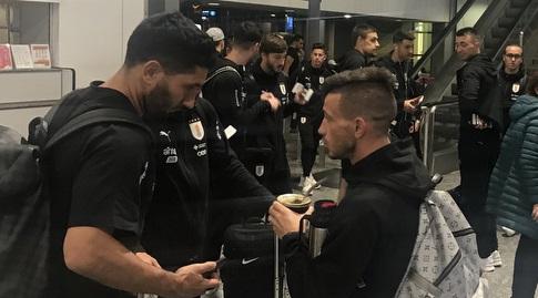 שחקני נבחרת אורוגוואי לפני ההמראה לישראל (התאחדות הכדורגל של אורוגוואי)