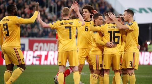 שחקני נבחרת בלגיה חוגגים עם טורגאן הזאר (רויטרס)