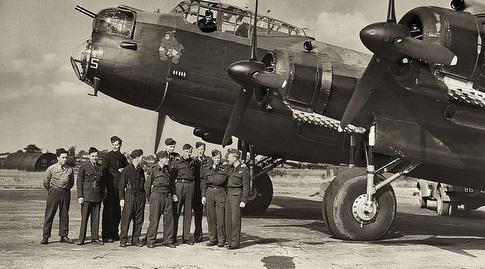 סם גריזמן (השני משמאל, מוזיאון חיל האוויר הבריטי/RAF)