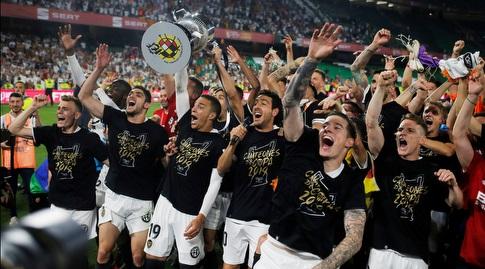 שחקני ולנסיה מניפים את גביע המלך (רויטרס)