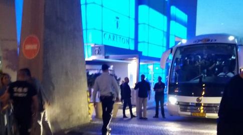 האוטובוס של נבחרת אורוגוואי יוצא לכיוון נתניה (הדר אקריש)