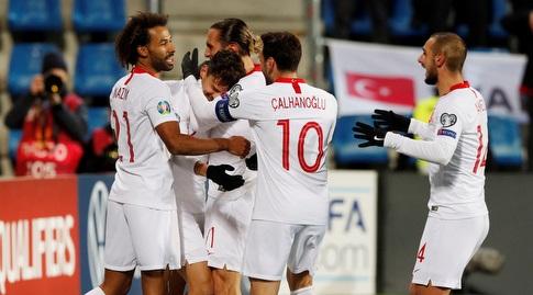 שחקני טורקיה מברכים את אנס אונאל (רויטרס)