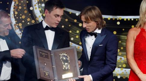 לוקה מודריץ' ומקבל את הפרס (רויטרס)